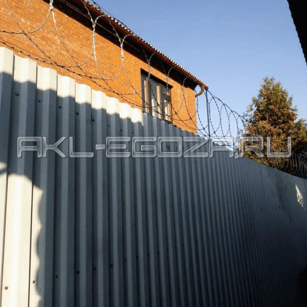 наши работы по монтажу ПББ АКЛ на заборе из профлиста