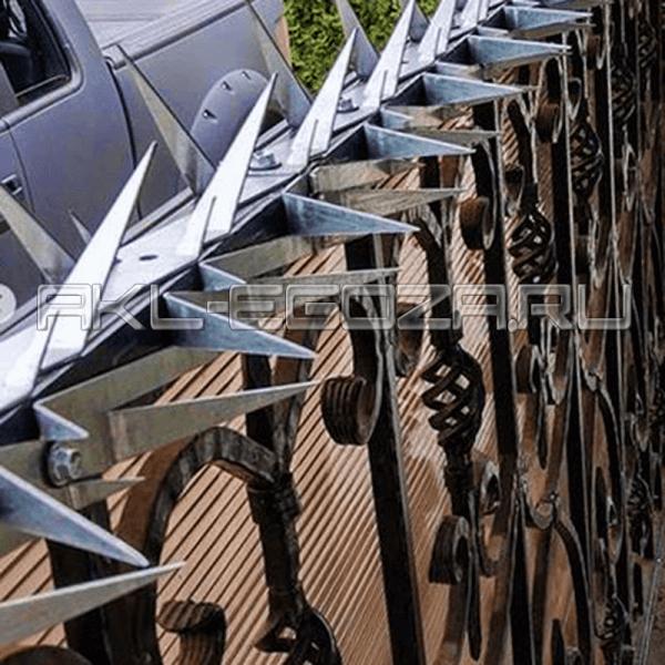 популярный способ защиты домовладений от воров - шипы на заборе