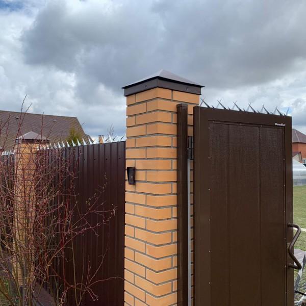 защита загородного дома от воров при помощи шипов на заборе